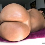 Culona acostada muestra su delicioso culo