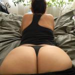 Mujer culona en tanga negra