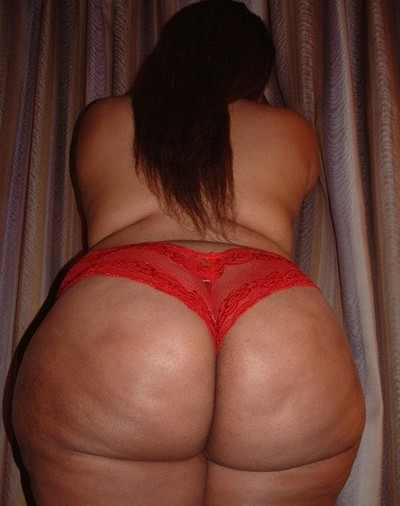 Morenaza bien caderona y nalgona en panty rojo