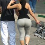 Chica en leggins gris por la calle