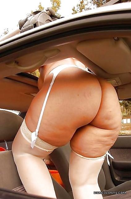 Foto de Chica en lenceria blanca se asoma en el carro