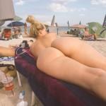 Rubia sexy en playa nudista