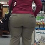 Señora de compras que tiene enorme trasero y caderas anchas