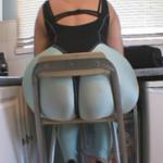 A esta mujer el culo no le cabe en la silla