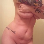 Chica tatuada desnuda tiene un buen culo