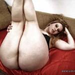 Rubia culote ancho en el sofá