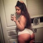 Gordita culona en cachetero se toma una selfie en su cuarto