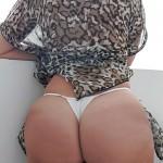 Mujer nalguda en tanga blanca