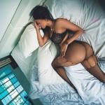 Culona durmiendo en medias de mallas