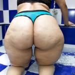 Caderona en tanga azul sexy