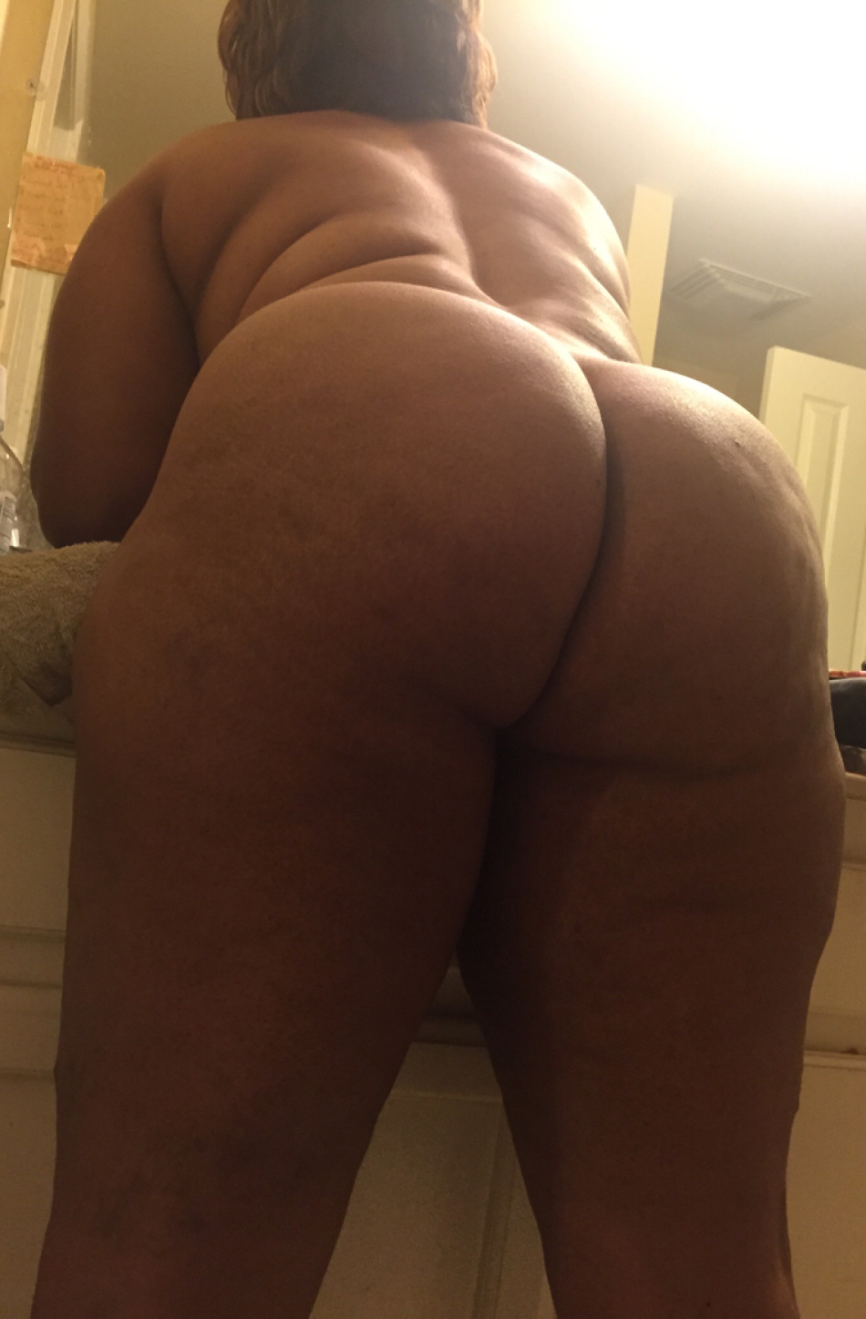 Big wide thick ass wobbling in tight pants 2