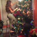 Culonas decorando el arbolito de navidad