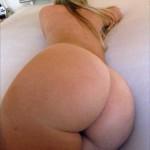 Pelirubia sexy en la cama desnuda