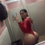 Chica en vestido rojo apretado