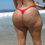 Culona en la playa en tanga roja