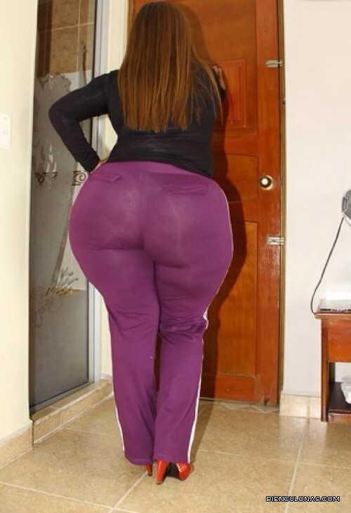 Foto de Ama de casa bien culona en leggins púrpura apretados