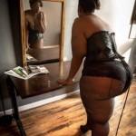 Morena culona al espejo