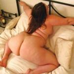 Gordita culona con el culo parado en la cama