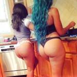 2 chicas culonas cocinando