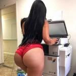 Secretaria culona en shorts en la oficina