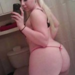 La mona nalguda que se toma selfies en el baño