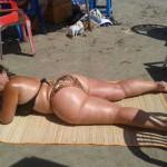 Señora culona en la playa