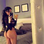 Mujer caderona y nalgona toma selfie