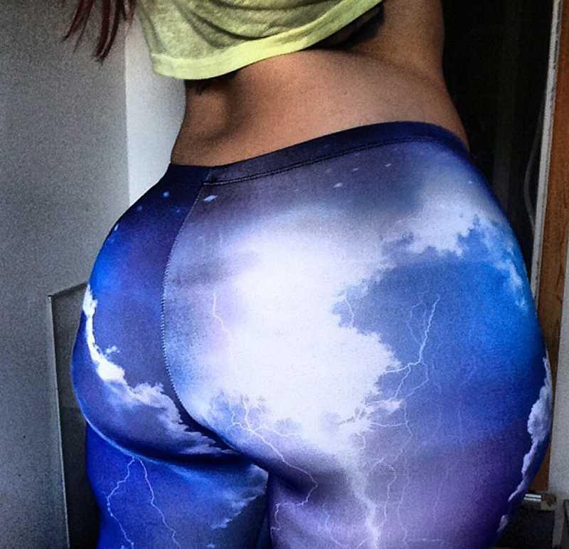 Foto de Morena culona en leggins ajustados