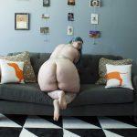 Gorda culo grande desnuda en el sofa