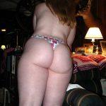 Chica rubia en tanga