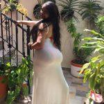 Morena culona en vestido pegado