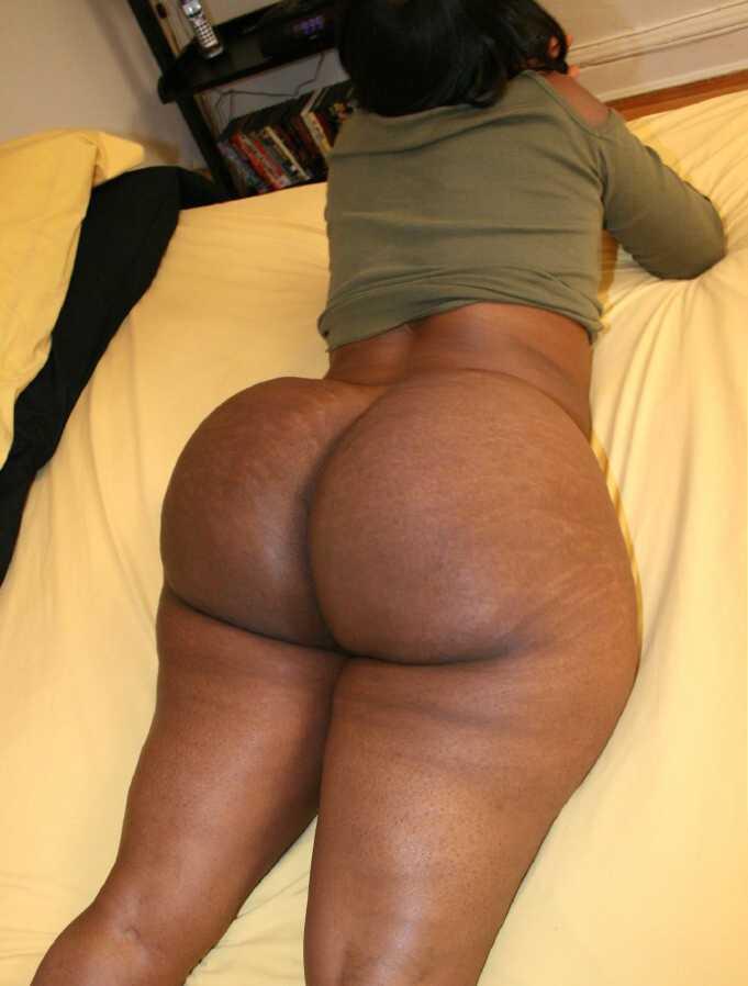 Foto de Negra culona acostada