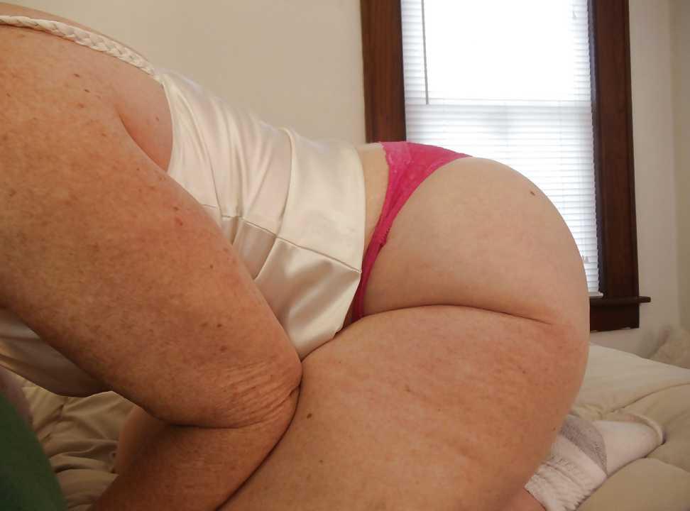 Foto de Parando el culo en tanga rosada