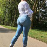 Nalgona elegante en jeans