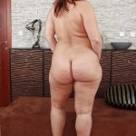 Madura nalgona desnuda en tacones