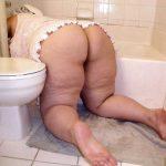 Gordita culona lavando el baño