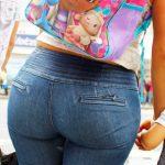 Madre culona en la calle con jeans ajustados