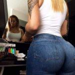 Rubia culona en jeans