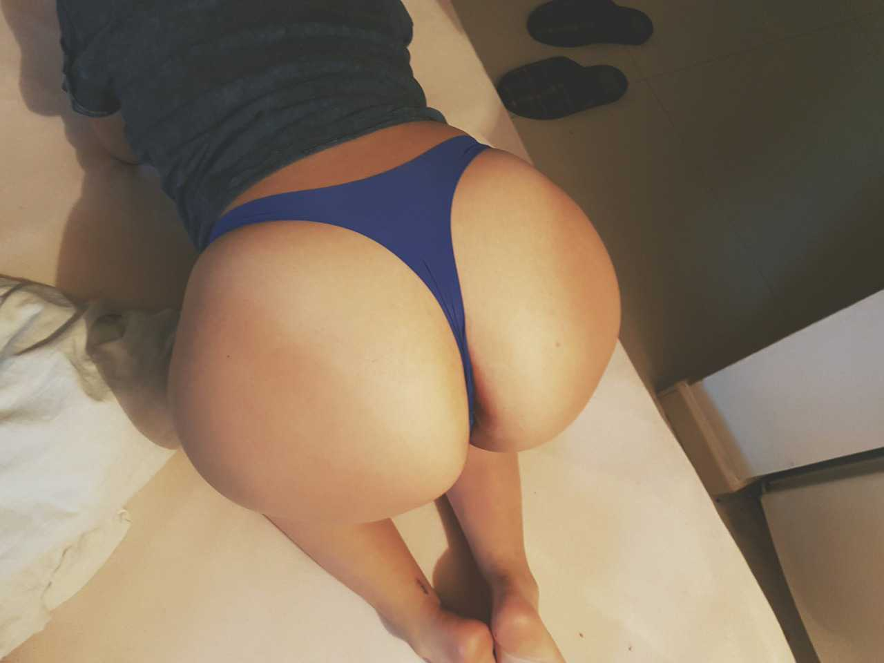 Culona en tanga azul