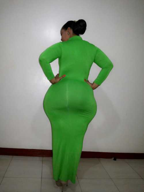 Morena culona en vestido verde