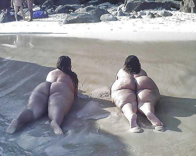 Culos grandes en la playa.