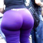 Madura megaculona en la calle con leggins morados